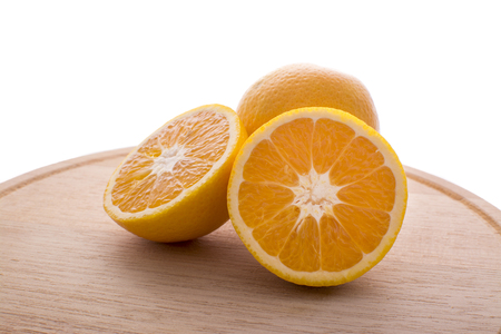 アプローチやオレンジのプレゼンテーションは、半分に分割と完全な背部の。木製プレートとホワイト バック グラウンド