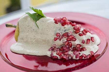 Chiles en nogada es un plato, que se sirve a temperatura ambiente con salsa de crema fría, desde la cocina mexicana.