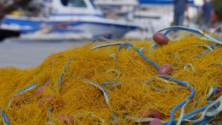 paletas de caramelo: Red de pesca se encuentra en la playa Foto de archivo