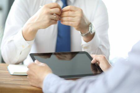 Riunione del team aziendale per discutere i dati statistici presentati sotto forma di grafici e grafici digitali