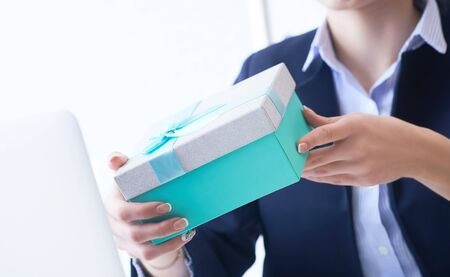 Christmas, any holiday. Office employee received a gift from her colleagues. Stockfoto