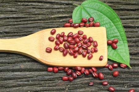 flipper: Red Bean sur Flipper en bois de bambou Banque d'images