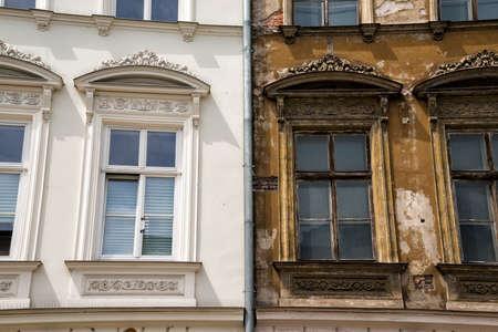 Vor einem Gebäude in Krakau