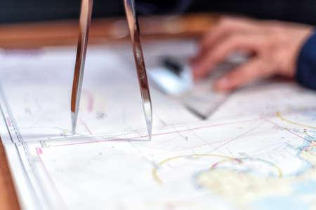 navigazione con carte nautiche nella sala nautica su uno yacht a vela