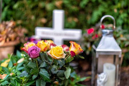 Friedhof in Deutschland mit alten Gräbern Standard-Bild