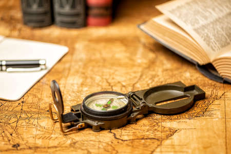 old expedition map with compass notebook, books and panama hat Stockfoto