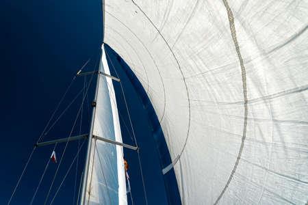 voiles d'un voilier dans le vent naviguant sur l'océan Banque d'images