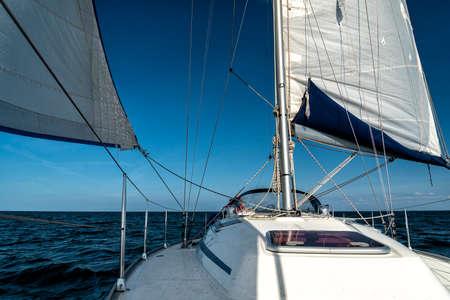 navegando en un yate de vela en el océano