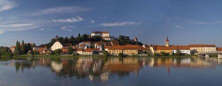 古い都市プトゥイ城とドラーヴァ川で反射。