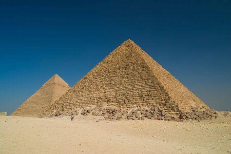 右側では、クフ王の大ピラミッドとギザ エジプト左側カフラー王のピラミッド。