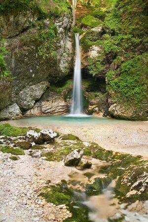 スロベニアのトリグラフ国立公園内の滝。