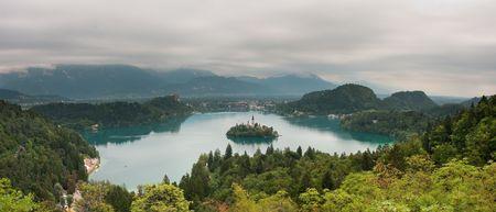 ブレッド湖スロベニア、ヨーロッパの岩の上に城と教会の小さな島とに表示します。