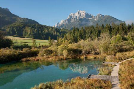 スロベニアのトリグラフ国立公園の川 Sava Dolinka の春。 写真素材