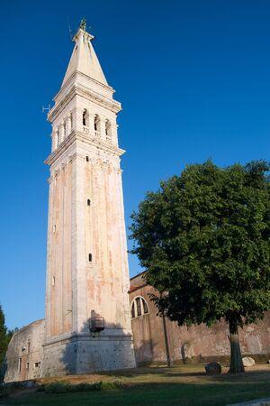 教会の古い沿岸都市クロアチア ロヴィニで聖ユーフェミア ・ リ ・教会の塔。 写真素材