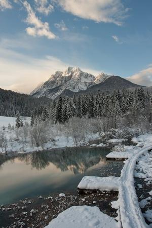 スロベニアの日の出の冬の川 Sava Dolinka トリグラフ国立公園内の春。