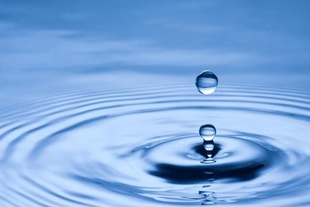 青色の背景に水ドロップのクローズ アップ 写真素材