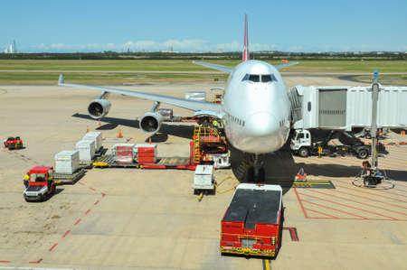 747 400: Brisbane, Australia - 4 ottobre 2011: Qantas Boeing 747-400 operati viene caricato al Brisbane International Airport Editoriali
