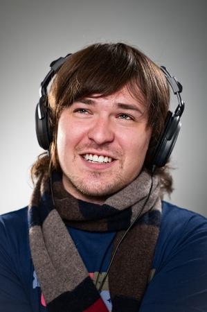 그의 헤드폰에서 음악을 듣고 젊은 남자