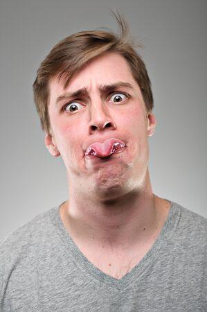 sacar la lengua: Un hombre de raza cauc?sica en su 20 Foto de archivo