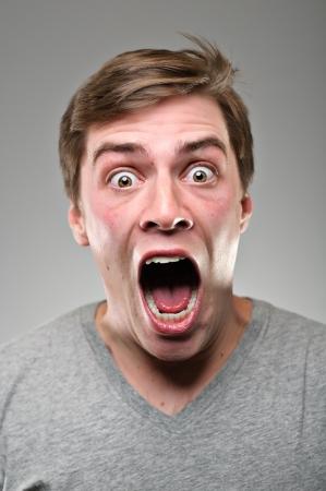 hombre asustado: Un hombre de raza cauc?sica en su 20 Foto de archivo