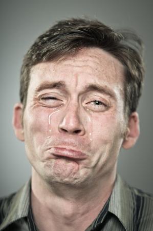 ojos llorando: Joven hombre de raza caucásica llorando lagrimones Foto de archivo