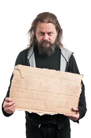 白で隔離される段ボール符号を保持しているホームレスの男性。