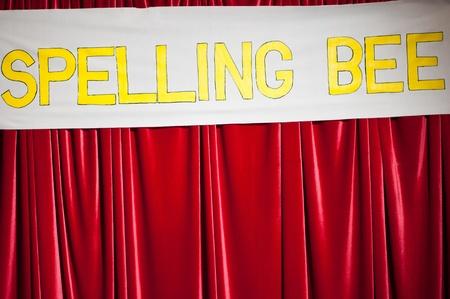 赤いカーテンのスペリング コンテスト バナー 写真素材
