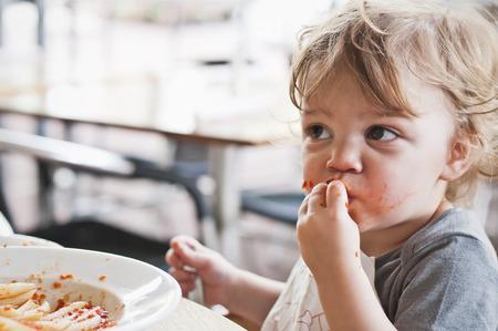 Muchacho del niño que come las pastas Foto de archivo - 26814446