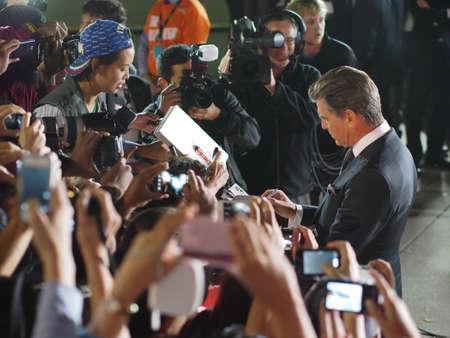 durchstechen: TORONTO - SEPTEMBER 12: Schauspieler Pierce Brosnan unterschreibt Autogramm f�r die Fans auf dem Toronto International Film Festival f�r seinen neuen Film The Love Punsch am 12. September 2013. Editorial
