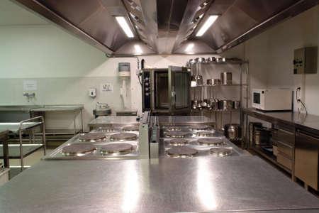 cocinas industriales: visi�n general de una cocina profesional con todas las materias  Foto de archivo