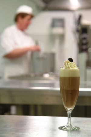 chocolade mousse: Overheerlijke chocolade mousse dessert met drie smaken Stockfoto
