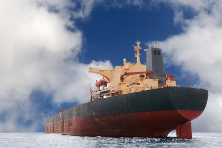 barco petrolero: Buque petrolero fondeado fuera de la bah�a