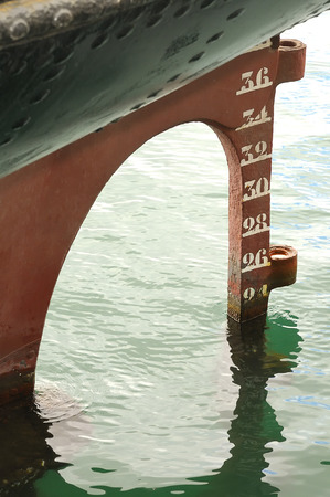 linea de flotaci�n: Antiguo tim�n y la l�nea de flotaci�n de popa de un barco antiguo Foto de archivo