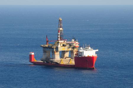 석유 장비를 수송하는 무거운 리프트 화물선 스톡 콘텐츠