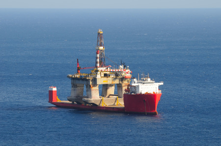 subsea: Heavy lift cargo ship transporting an oil rig