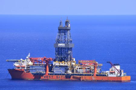 TENERIFE, SPANJE-JULI 31, 2017: Boorschip geankerd nabij de kust, 31 juli 2017