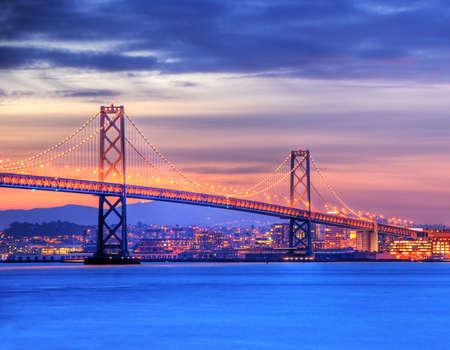 schateiland: Een foto van Bay Bridge en San Francisco, schot van Treasure Island. Deze afbeelding is verwerkt met HDR (High Dynamic Range), een Technique dat de markering en schaduw detail behouden. Stockfoto