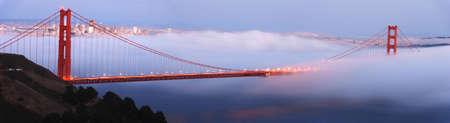 golden gate: Niebla rollos del puente Golden Gate al atardecer. La ciudad de San Francisco est� en el fondo. Composici�n panor�mica. Foto de archivo