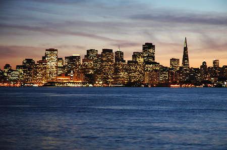 schateiland: San Francisco, Californië geschoten in de schemering van Treasure Island.