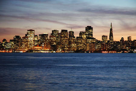 isla del tesoro: San Francisco, California disparo de Treasure Island al atardecer.