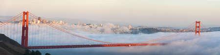 golden gate: Rollos de niebla el Golden Gate Bridge, en San Francisco, en el fondo.