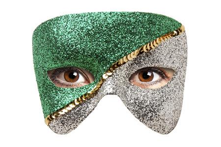 Frau braune Augen hinter Karnevalsmaske isoliert