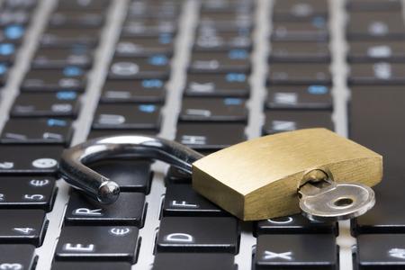 Computer beveiliging concept met een open hangslot met de toets op het toetsenbord