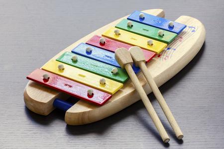 xilofono: xil�fono de juguete de colores con palos Foto de archivo