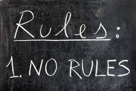 edicto: No hay reglas escritas a mano con tiza blanca sobre la pizarra sucia