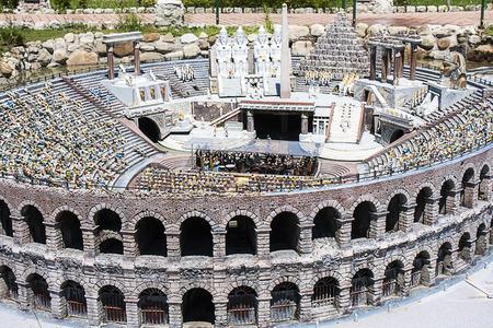 Miniatuur van de mensen in de Arena van Verona in Italië in Italië Miniature speeltuin in Rimini Italië Redactioneel