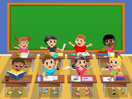 diligente: niños felices diligentes o niños sentados en la mesa en la escuela frente a la pizarra en blanco