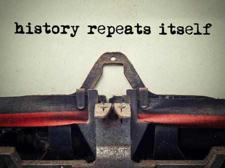 역사와 먼지로 덮여 오래 된 타자기의 폐쇄 자체 텍스트 반복