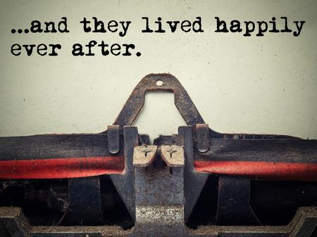 와 함께 먼지로 덮여 오래 된 타자기의 닫습니다 그리고 그들은 행복하게 텍스트 스톡 콘텐츠