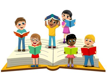 Niños multirraciales o niños leyendo en gran libro abierto aislado